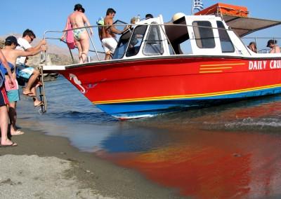 Moni Preveli strand, båd der sejler folk frem og tilbage fra stranden.